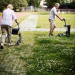 Senioren beim Rollatortest - Auch leichtes Gelände soll er meistern