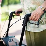 Senioren beim Rollatortest - Griffe und Bremsen dürfen nicht glatt sein