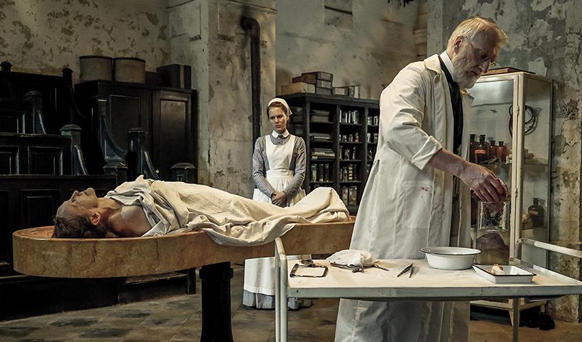 Pathologie Charité, Alicia von Rittberg als Ida Lenze und Ernst Stötzner als Virchow © ard/Nik Konietzny