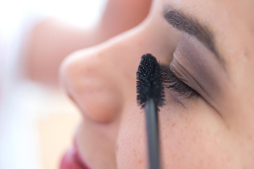 Farbpartikel in Nanogröße garantieren Mascaras eine besonders lange Haltbarkeit. © picture alliance/dpa Themendienst