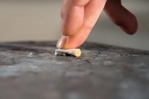 ILLUSTRATION - Ein Mann drueckt am 03.12.2015 in Berlin eine Zigarette aus. Foto: Inga Kjer | Verwendung weltweit