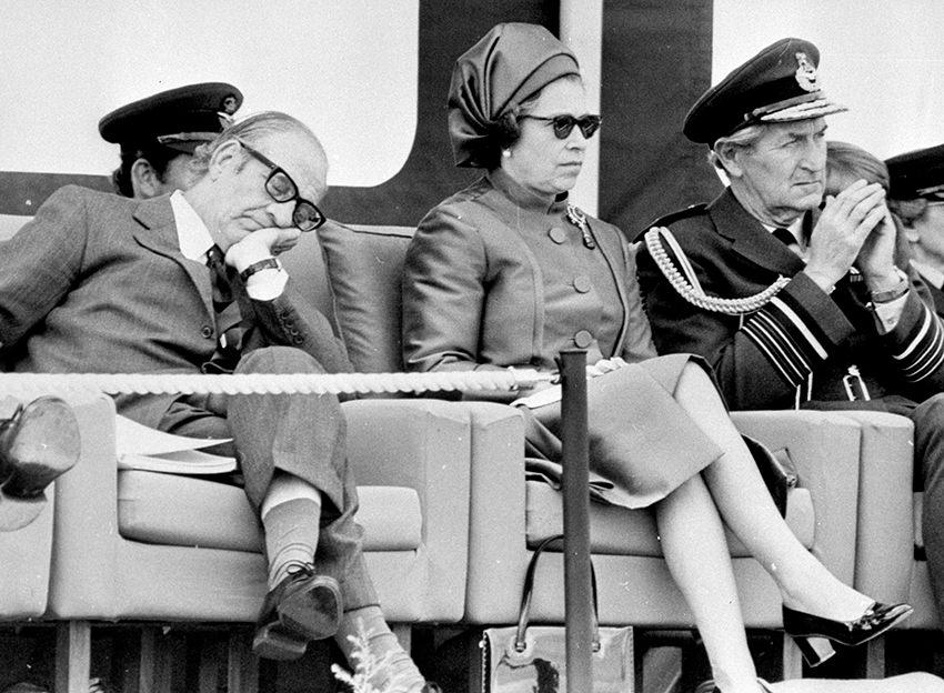 Der britische Staatssekretär Fred Mulley macht ein Nickerchen neben der Queen, 1977 © picture alliance/empics