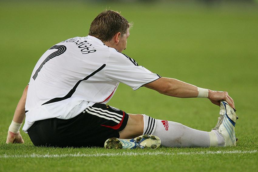 Bastian Schweinsteiger mit einem Muskelkrampf / © picture alliance / Pressefoto Ulmer
