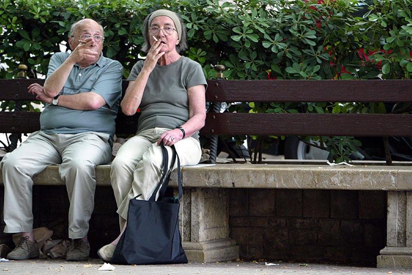 Zwei Rentner machen eine Raucherpause in Palma de Mallorca / © ZB - Special
