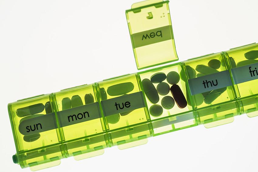 Close-up of weekly pill organizer, Tabletten organisierer, Wochentage   Verwendung weltweit, Keine Weitergabe an Wiederverkäufer.