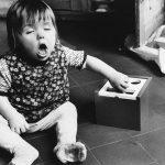 Ein Baby sitzt in den 1960er Jahren auf dem Boden und muss niesen / © picture alliance/Mary Evans Picture Library