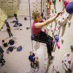 Claudia Müller erklimmt in einer Kletterhalle des Alpenvereins eine Wand / © dpa