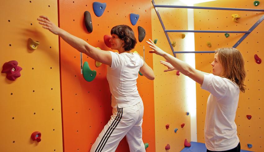 Sporttherapeuten helfen Patienten auf die Beine