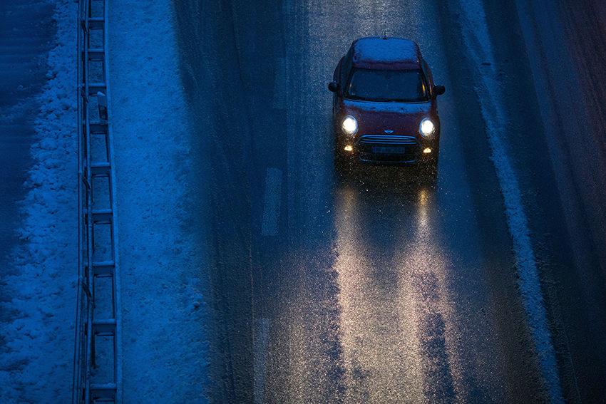 Müde Augen: Autofahren bei Dunkelheit