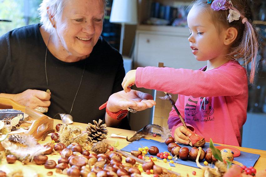 Toben und Vorlesen: Enkelbetreuung hält Oma und Opa jung